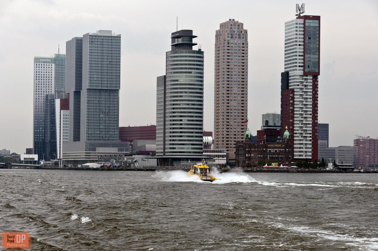 Blik op de Wilhelminapier vanaf de boot naar Heijplaat.