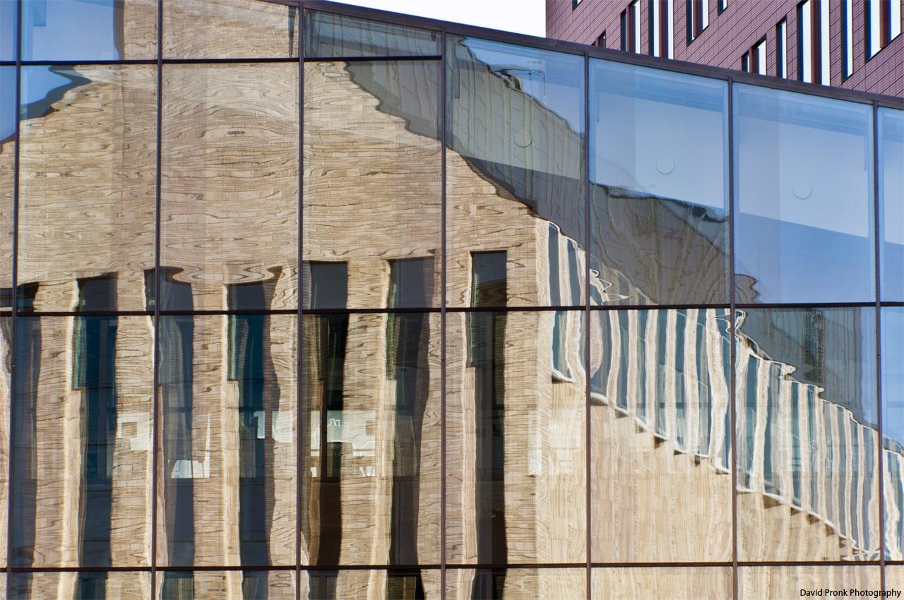 Het hoofdkantoor van Stater N.V in Amersfoort Vathorst met in de reflectie van het glas het hoofdkantoor van VolkerWessels.