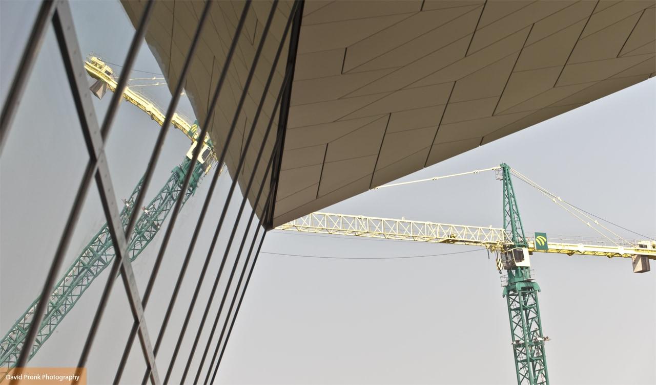 Reflectie van bouwwerkzaamheden bij Toren Overhoeks in Eye Amsterdam.