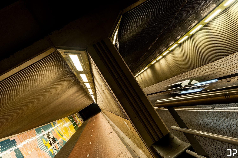 Een tunnel in Amersfoort bij avond of een scene uit Tron Legacy?
