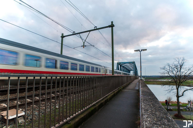 De spoorbrug in Deventer, terwijl een DB-trein eroverheen passeert