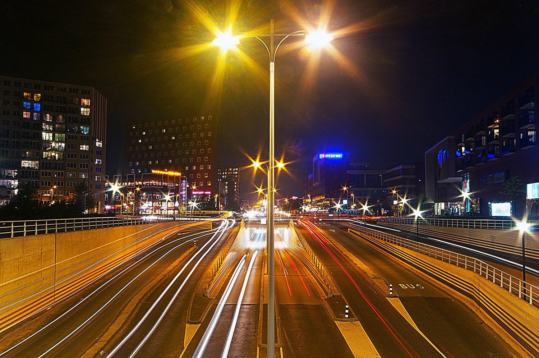 Verkeer bij avond in het centrum van Amersfoort