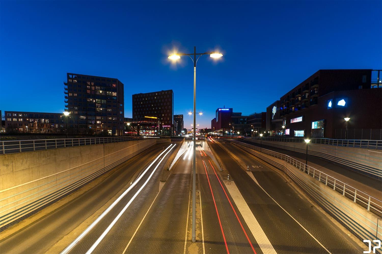 Avondfotografie vanaf het viaduct over De Nieuwe Poort/Stadsring Amersfoort met zicht op de rotonde van het Eemplein.