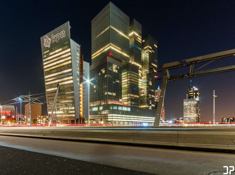 De Rotterdam en de Toren op Zuid op de Wilhelminapier in Rotterdam, gefotografeerd vanaf de Erasmusbrug.