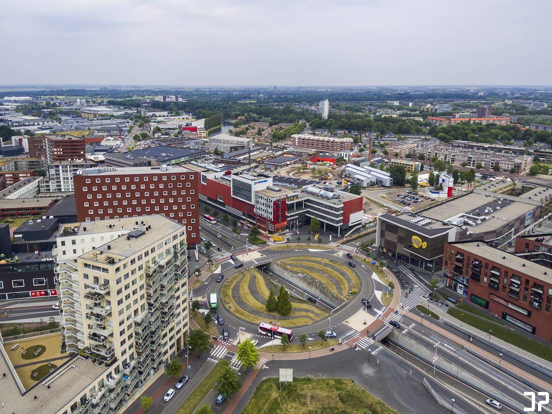 De grote rotonde bij het Eemplein, de Hogeschool Utrecht, het Eemplein zelf en de Nieuwe Stad in Amersfoort vanuit de lucht.